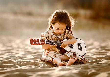 Kleines Mädchen mit der Gitarre