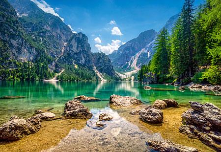 Idyllischer See mit Bergpanorama