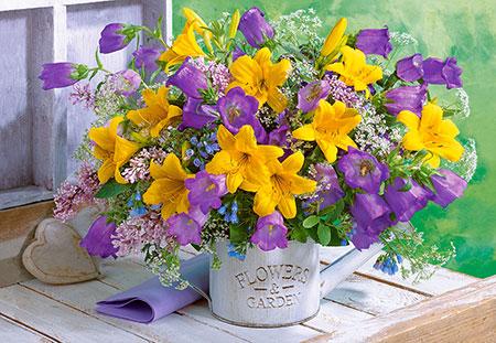Blumenstrauß mit Lilien und Glockenblumen