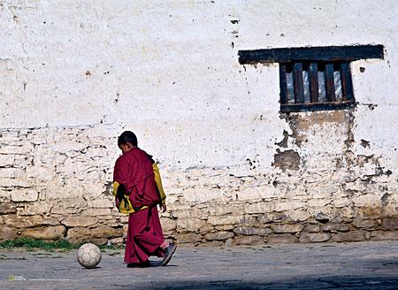 kleiner-buddistischer-monch-spielt-fu-ball