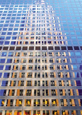 Wolkenkratzer spiegelt sich in der Fensterfront