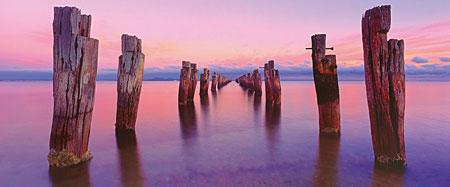 Alte Brückenpfeiler ragen aus dem Wasser