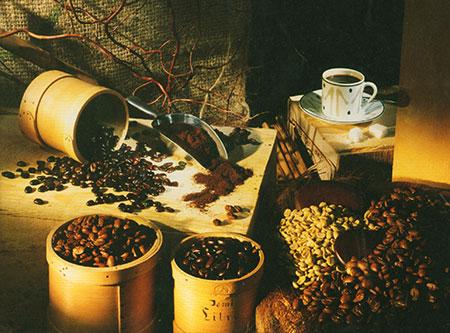 kaffeebohnen-und-kaffeepulver