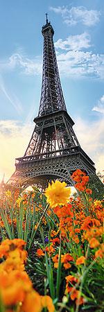 Der Eiffelturm zwischen dem Blütenbeet